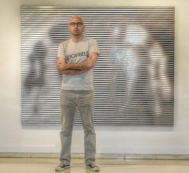 El artista Guillermo Rubí posa con una de sus obras en Pelaires...