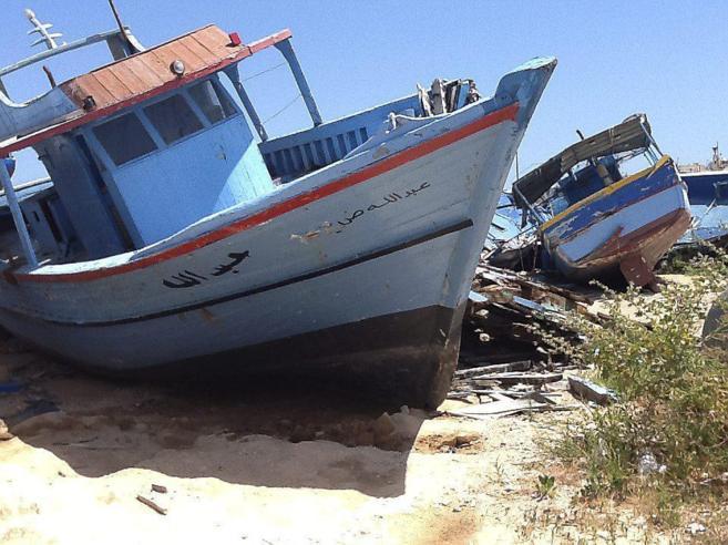 Cementerio de embarcaciones utilizadas por los inmigrantes que llegan...