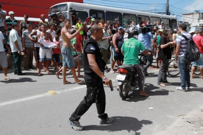 Varias personas se manifiestan en Recife ante la presencia de la...