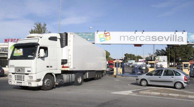 Un camión sale de las instalaciones de Mercasevilla, en la A-92.