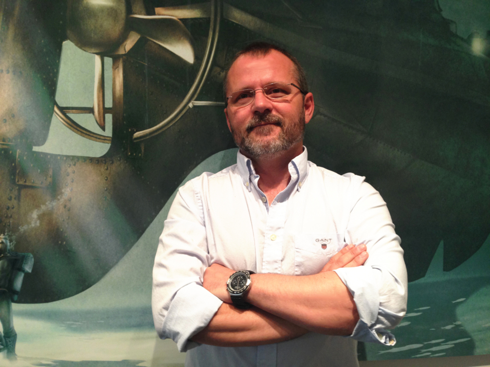 Víctor Soler posa junto al cuadro de '20.000 leguas de viaje...