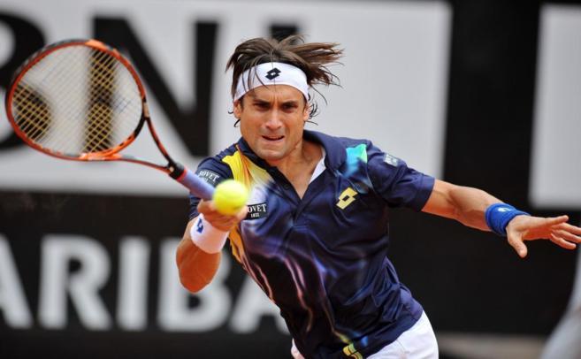 David Ferrer devuelve una pelota durante el encuentro ante Djokovic en...