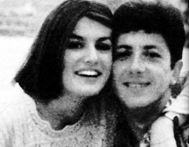 Una jovencísima Letizia Ortiz posa sonriente con su entonces pareja,...