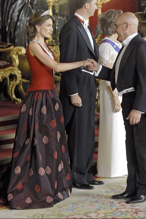 Otro ejemplo de corpiño y falda con volumen estampada. La tiaria con...
