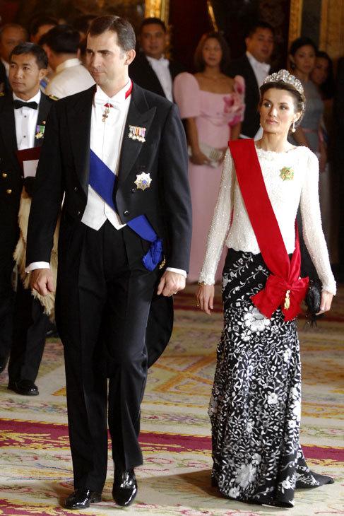 En blanco y negro y con la misma falda-mantón. A Letizia le gusta...