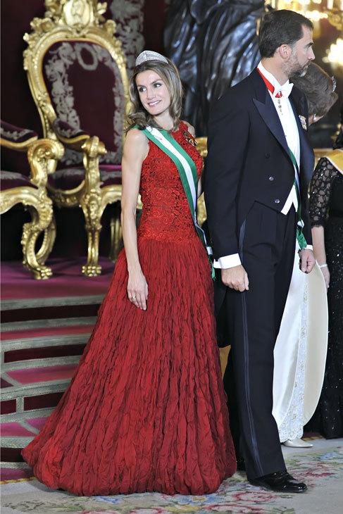 De rojo sangre y no rojo chillón, Letizia está muy guapa en...
