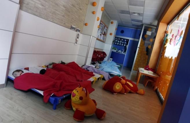 Niños durmiendo en una escuela infantil.