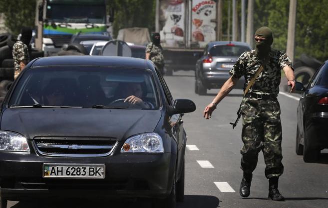 Soldados de la República Popular de Donetsk vigilan un punto de...