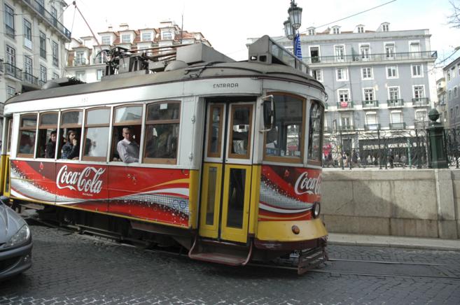 Tranvía en el centro histórico de Lisboa.