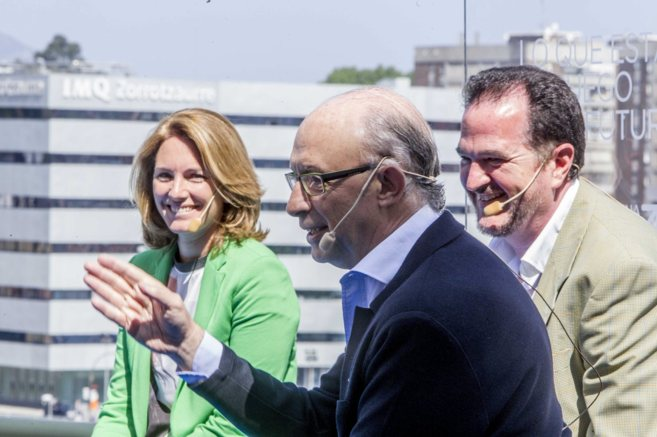 El Ministro Cristóbal Montoro , Arantza Quiroga y Carlos Iturgaiz.