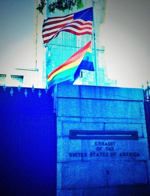 Imagen de la cuenta oficial de Twitter de la Embajada con las dos...