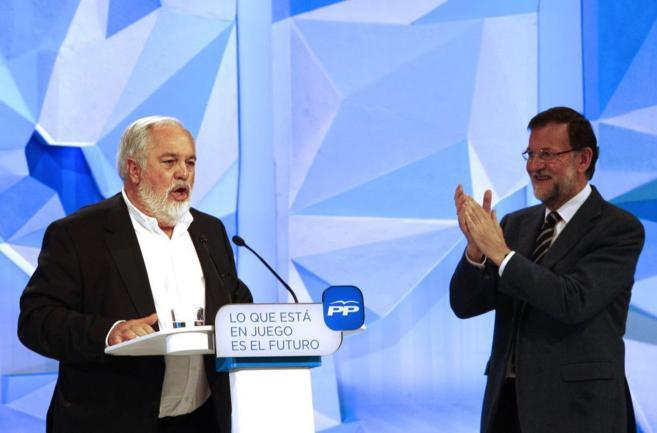 Mariano Rajoy aplaude a Miguel Arias Cañete durante su intervención...