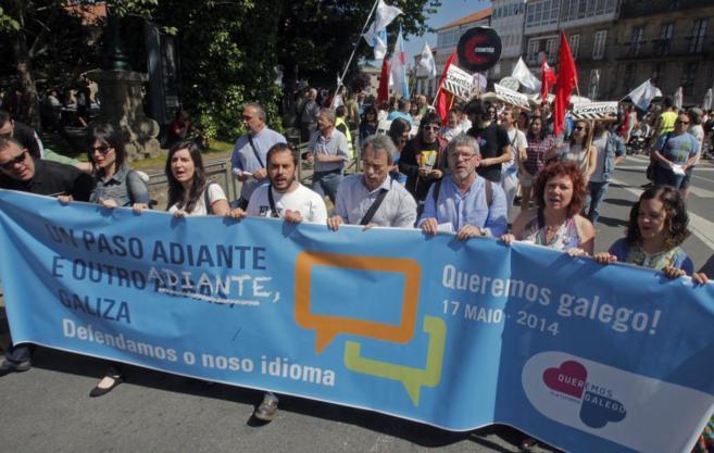 La pancarta de la cabecera de la marcha en Santiago de Compostela.