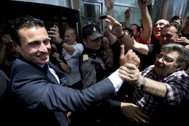 Salvo aclamado por los aficionados a la salida del Valencia Palace.