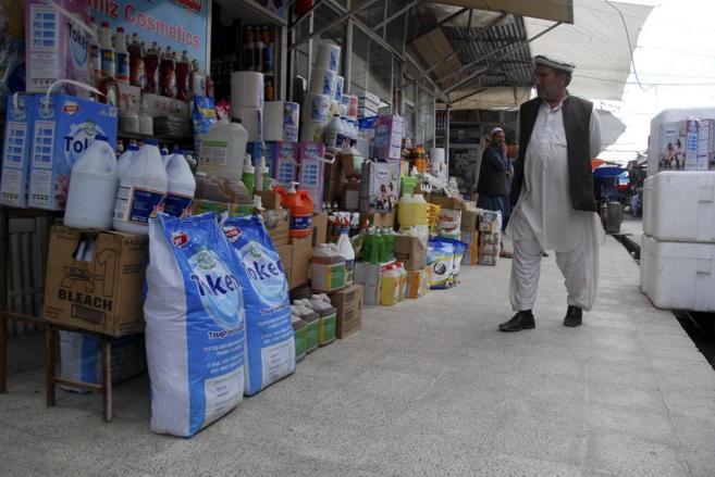 Un afgano en el denominado mercado 'Bush' en Kabul.