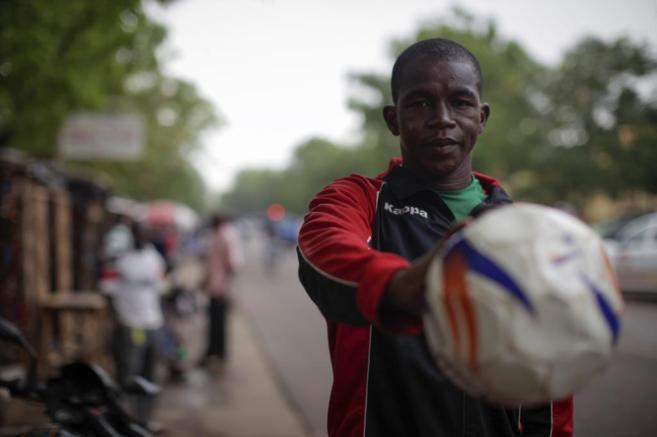 Issouf Sanfo, futbolista de Burkina Faso, en el centro de Ouagadougou.