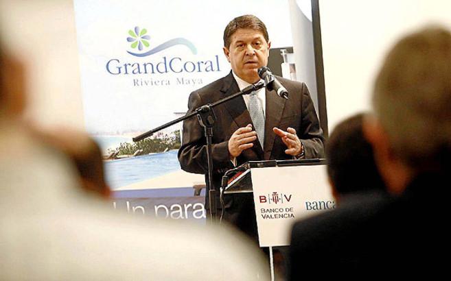 El expresidente de Bancaja, José Luis Olivas, presentando el proyecto...