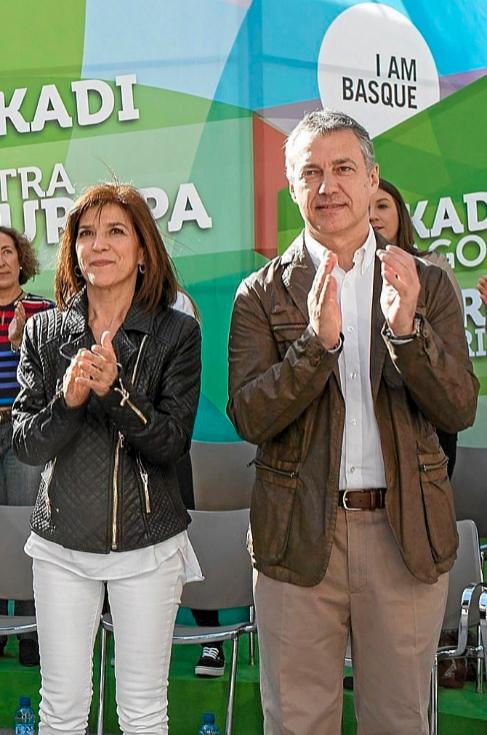 Izaskun Bilbao e Iñigo Urkullu, ayer en el mitin de Vitoria.