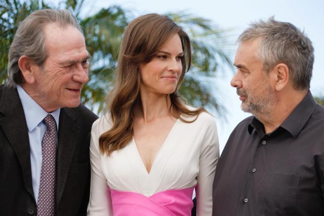 Tommy Lee Jones junto la protagonista, Hilary Swank, y el productor...