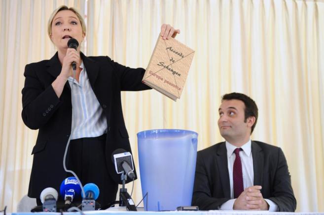 Marine Le Pen tira a la papelera un ejemplar del Tratado de Schengen.