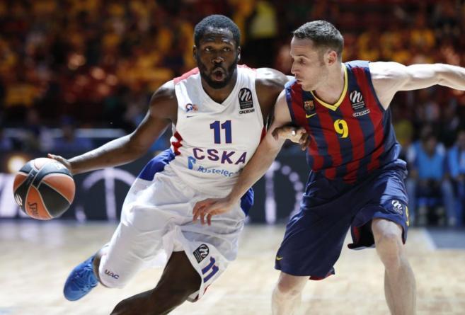 El base del CSKA Moscú Jeremy Pargo intenta zafarse de Marcelinho...