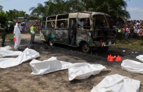 Otra imagen del autobús calcinado y parte de las víctimas.