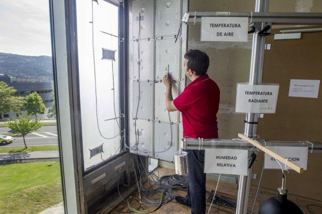 Roberto Garay examina el interior de la fachada de Tecnalia.