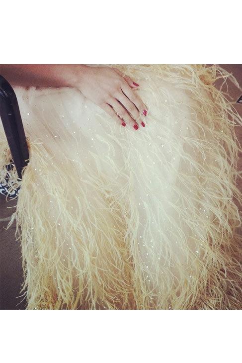 Detalle del vestido lleno de plumas y 'strass' y manicura roja de...