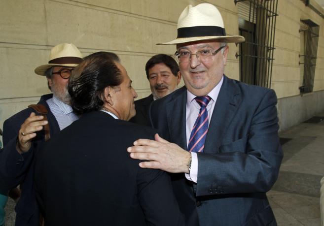 Antonio Fernández y Francisco Javier Guerrero (detrás), a su llegada...
