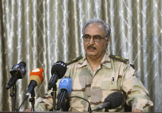 El general libio Khalifa Haftar, da una rueda de prensa en Abyar, una...