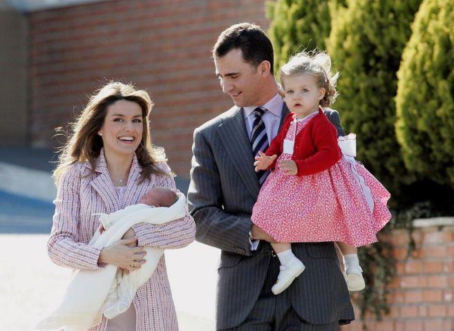 Felipe y Letizia, con Leonor en brazos, el día que presentaron a su...