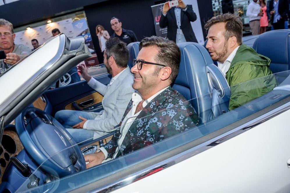 El presentador de Telecinco no dudó en subirse a un Bentley blanco...