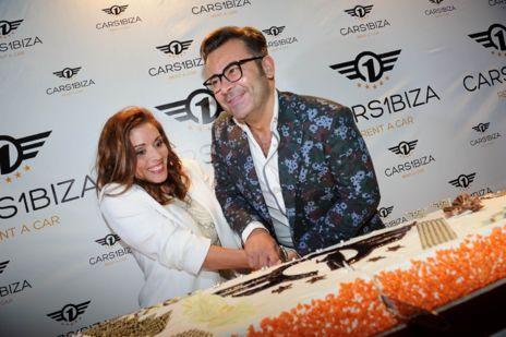 Jorge Javier se animó a cortar una gigantesca tarta con el logo de la...
