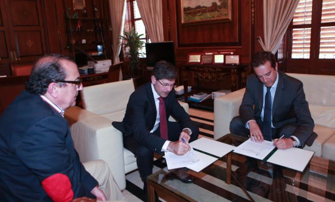 La firma se ha producido este lunes, en el Ayuntamiento de Castellón.