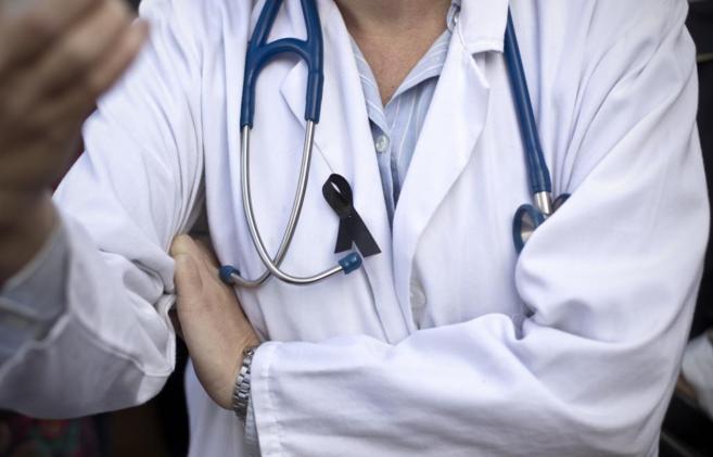 Un fonendo colgado del cuello de un sanitario