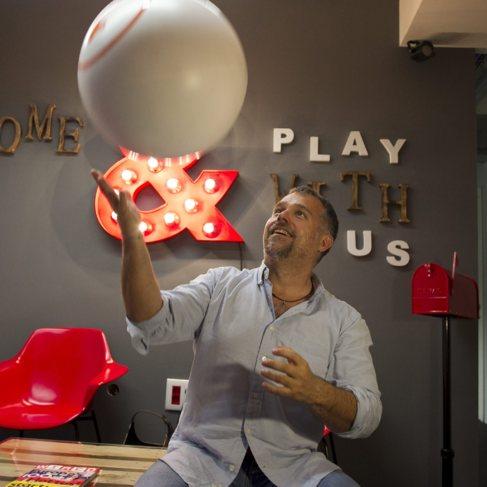 Vicenç Martí, CEO de Akamon, en las nuevas oficinas de la compañía...