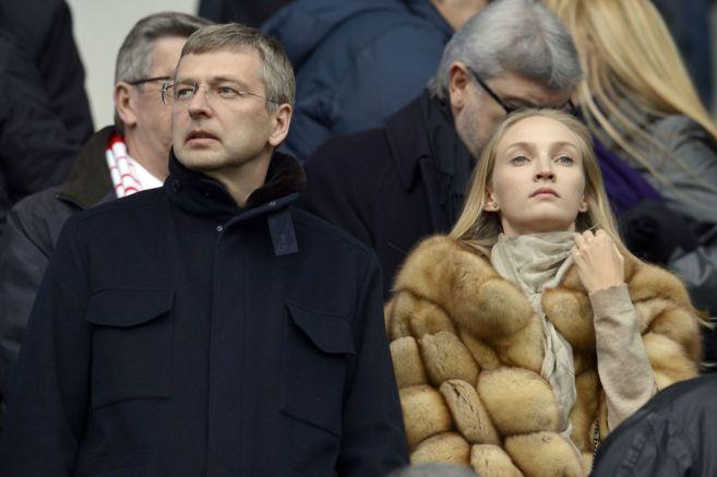 El millonario, con su hija mayor, durante un partido del Mónaco.