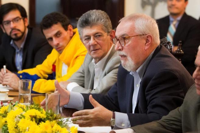 Henrique Capriles y  Ramón Guillermo Aveledo en una reunión con los...