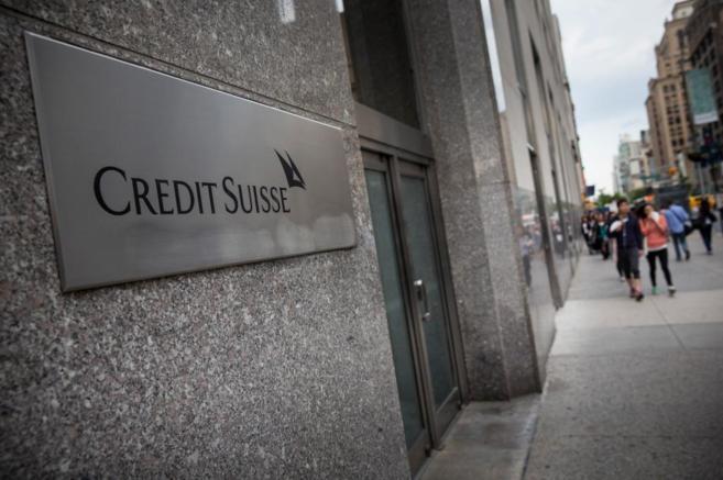 Cartel situado en la fachada de la sede del banco suizo Credit Suisse...