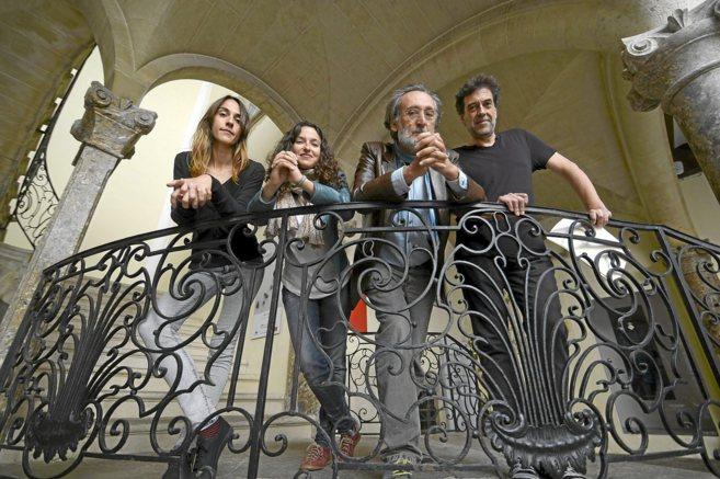 Carlos Garrido y Mariona Forteza, en el centro junto a los actores...
