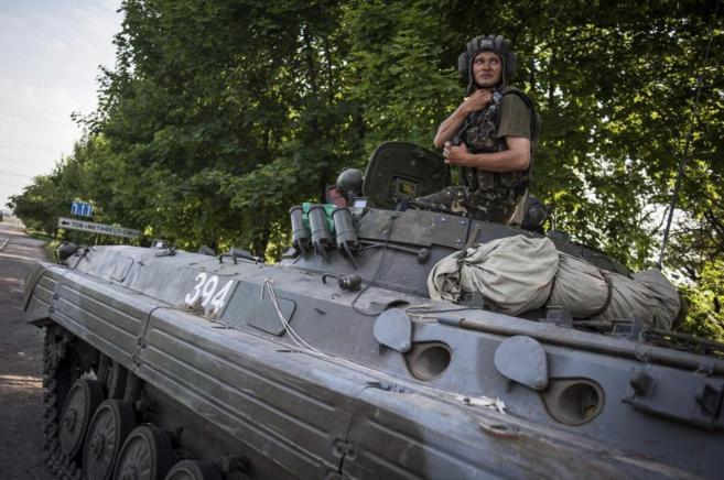 Un soldado ucraniano en un puesto de control en la ciudad de Mariupol.