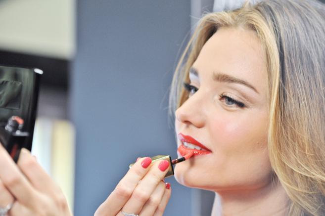 La modelo Miranda Kerr retocándose durante un acto promocional....