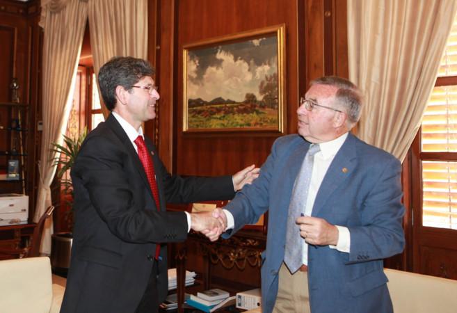 Alfonso Bataller con el presidente de Cáritas Castellón, Juan Manuel...