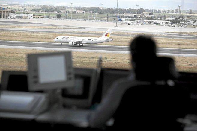 Un avión iniciando el despegue, observado desde la torre de control.