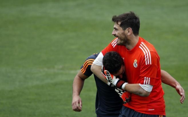 Casillas bromea con Carvajal durante el entrenamiento del Real Madrid.