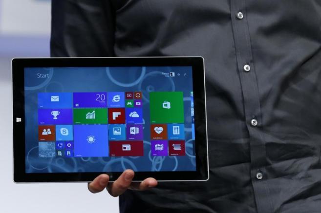 Panos Panay, responsable del producto, sostiene la tableta en su...