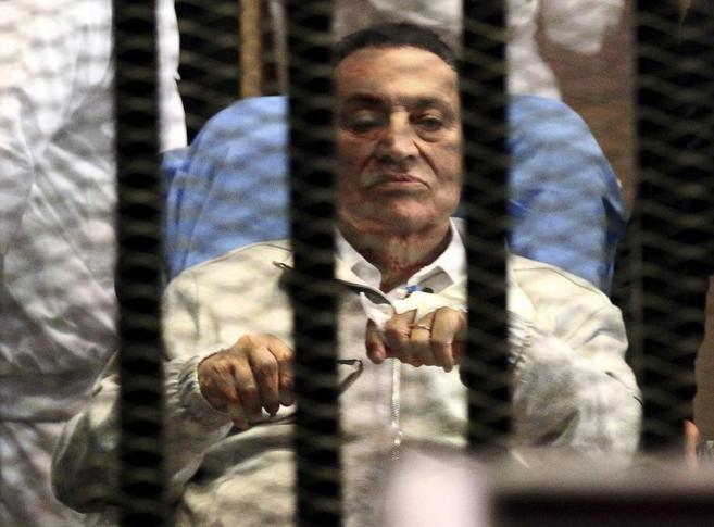 El ex presidente Mubarak durante uno de los juicios a los que se...