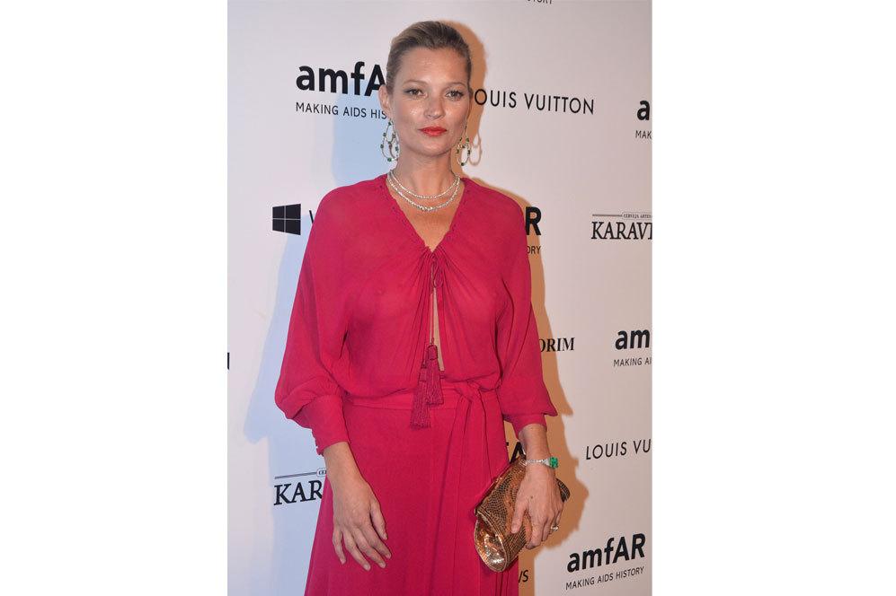 Cumplidos los 40, Kate Moss no renuncia a presumir de pecho con...