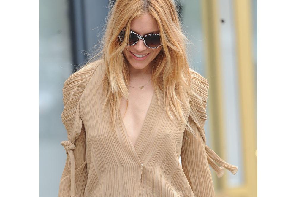 Es muy común ver a Sienna Miller vistiendo prendas vaporosas sin...