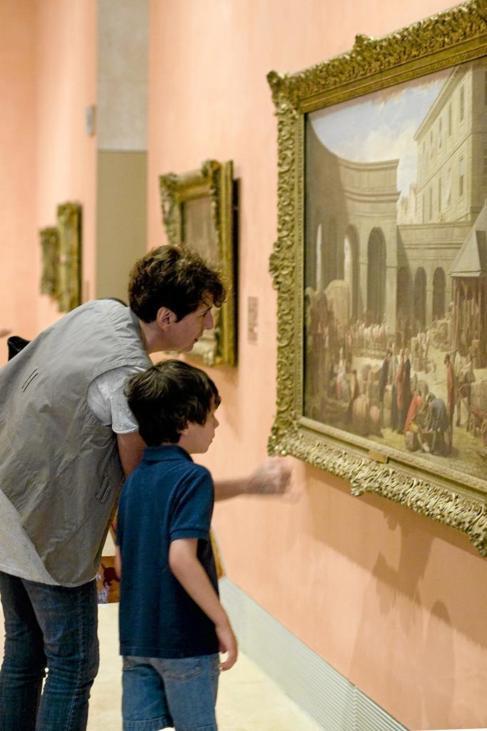 Un niño disfruta junto a su madre del arte en el Thyssen.